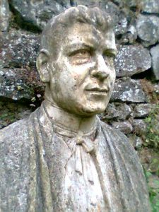 Estatua en la tumba del sacerdote Matías Lumbreras.