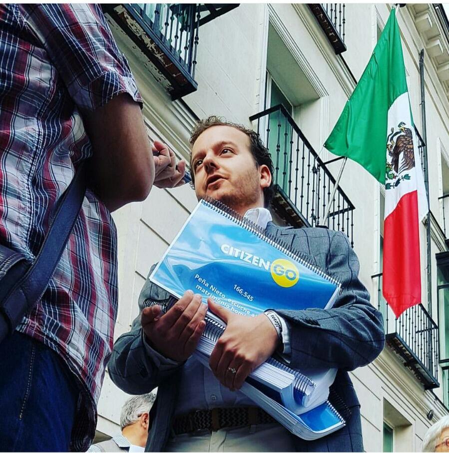 Pablo Santana trabajando por cuenta de CitizenGO.