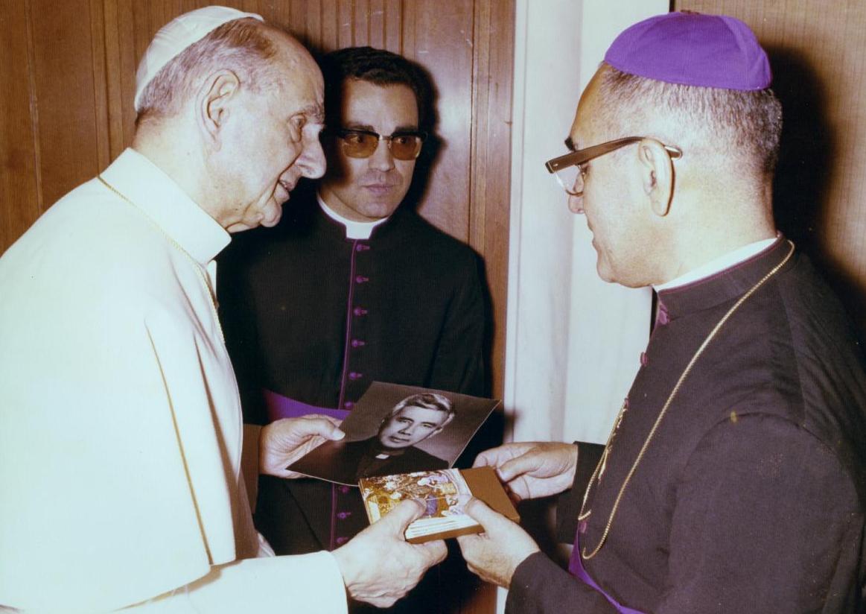 Romero muestra a Pablo VI una fotografía del jesuita asesinado Rutilio Grande, 21 de junio de 1978.