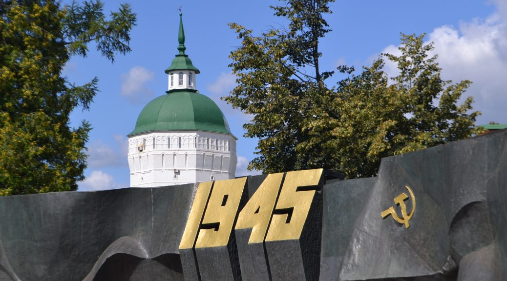 Monumento en Serguéi Posad a los héroes de una guerra que, según la mentira soviética, empezó en 1941.